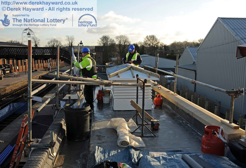 The roof of the toilets and plant room is now complete, and contractors were fitting the roof lights, which will have a zinc top to match the adjacent canopy. 18.01.2011  5582