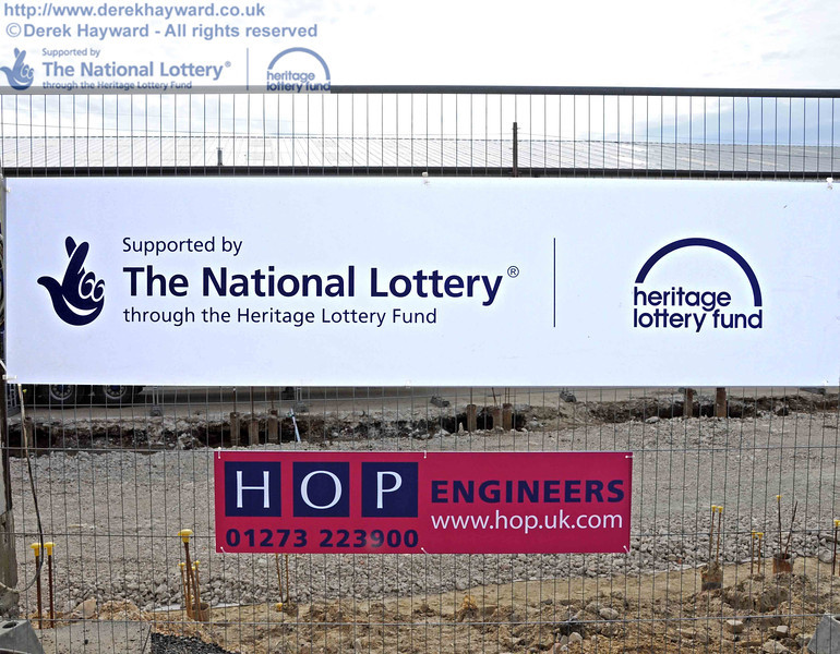 Additional signs have appeared on the fence surrounding the site. 28.04.2010  2112