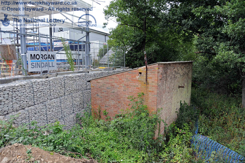 The old pump house adjacent to the River Ouse has been preserved, and the edge of the site is protected by a large gabion wall. 25.07.2010  3380