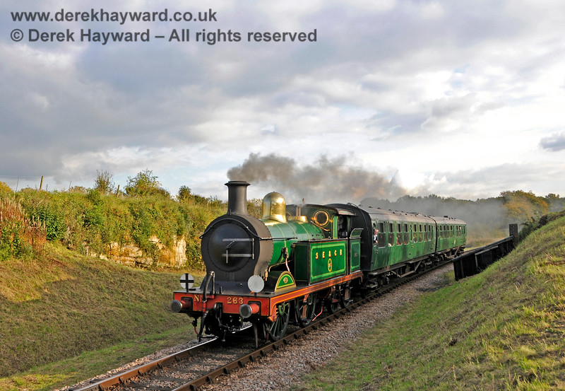 263 passes through Rock Cutting with a short service train. 20.10.2015 13880