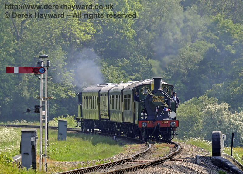 263 approaches New Road Bridge with the Golden Arrow.  18.05.2014  9436