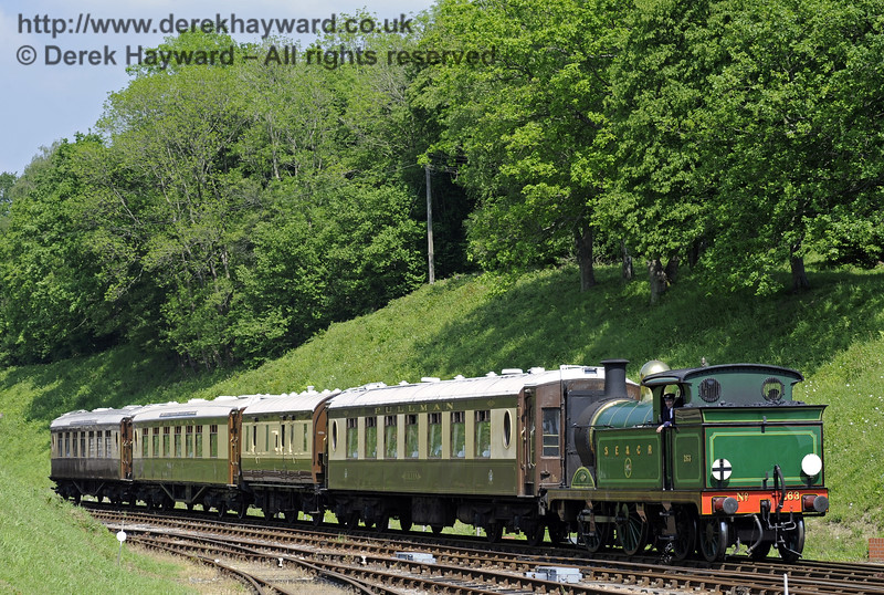 263 approaches Horsted Keynes with the Pullman.  18.05.2014  9387