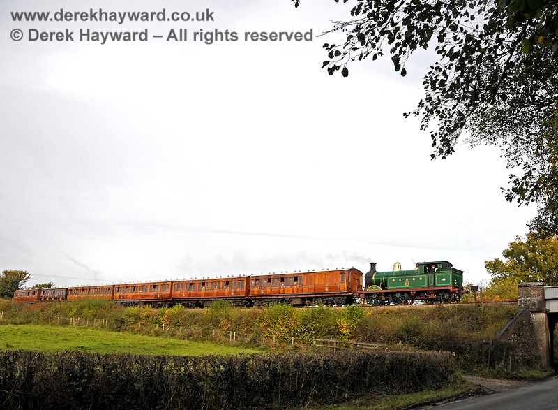 263 approaches Waterworks Bridge with an impressive group of coaches. 25.10.2015 13887