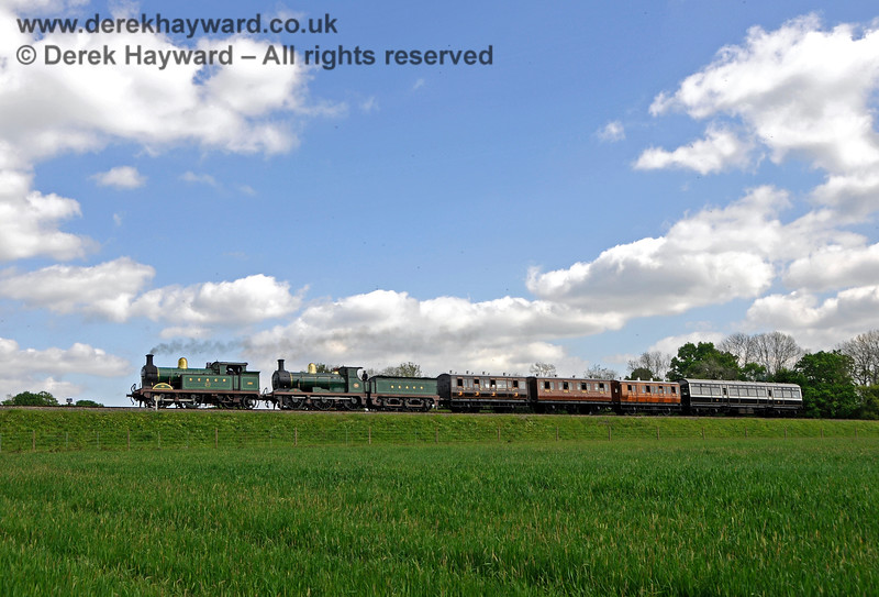 263 and 592 approach New Road Bridge with a vintage train. 14.05.2016 15196