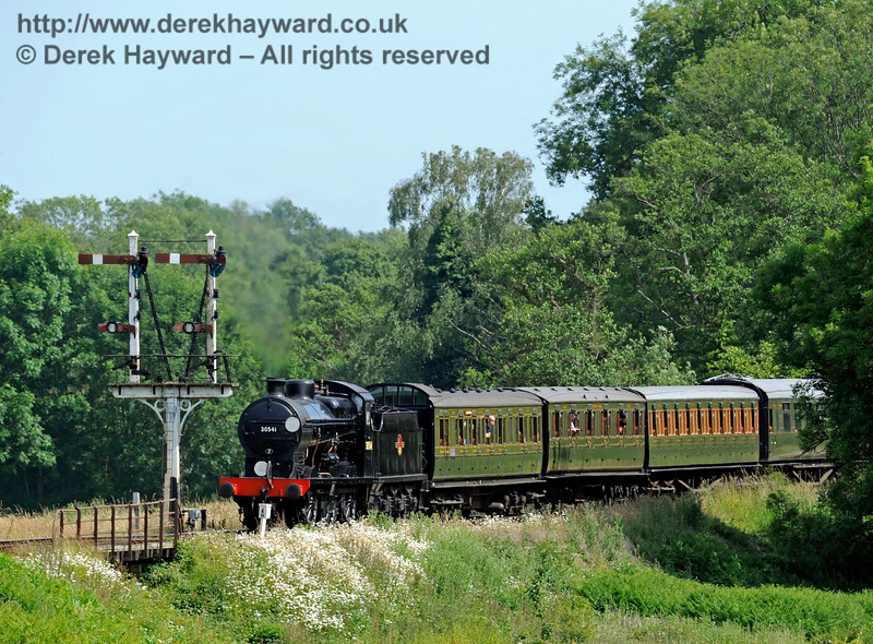30541 leaving Sheffield Park with a service train.  27.06.2015  11543