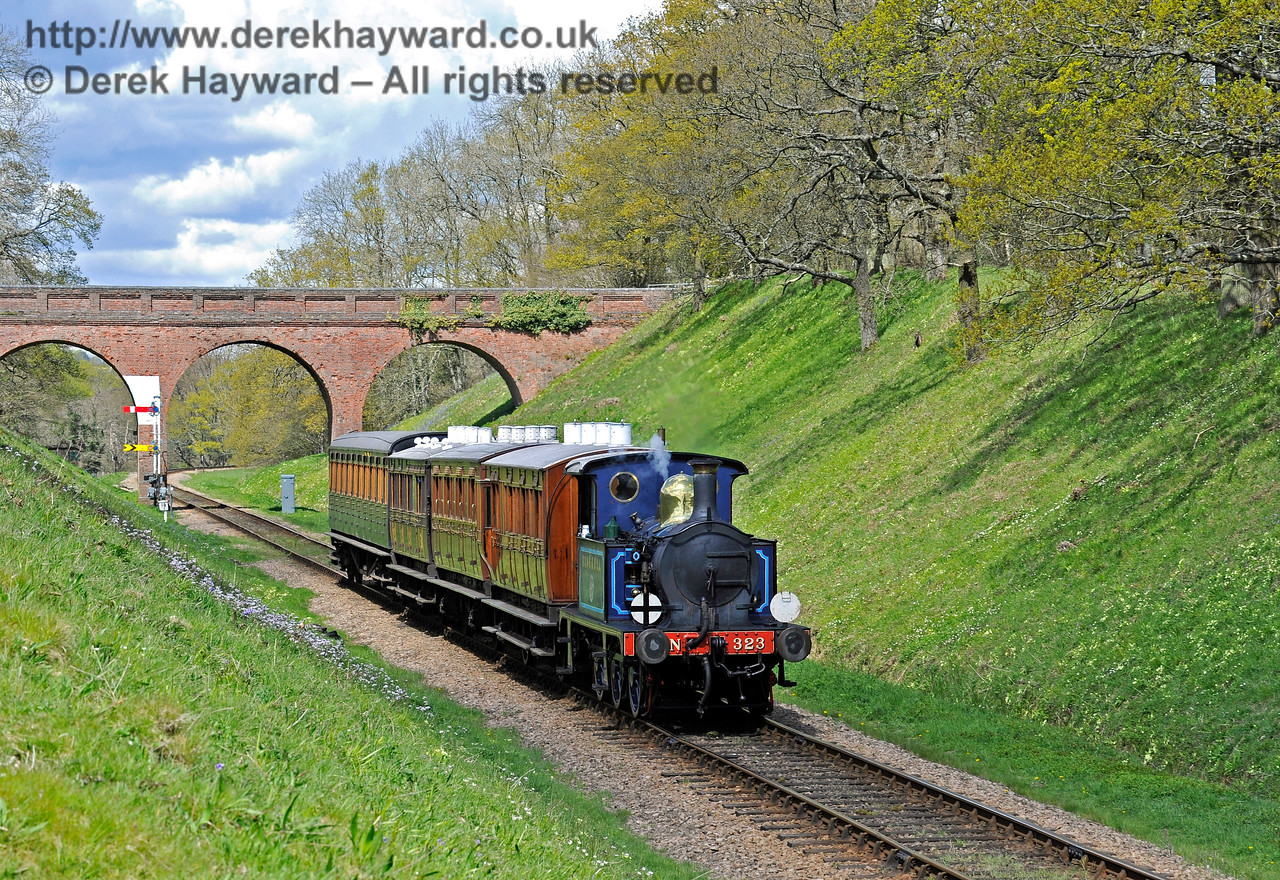 323 steams south from Three Arch Bridge. 30.04.2016 12917