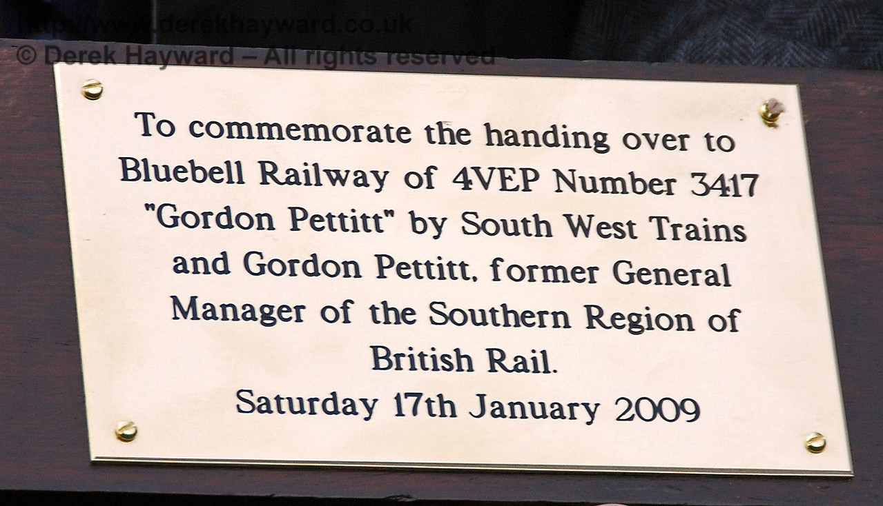 The inscription on the commemorative paddle presented to Gordon Pettitt. East Grinstead 17.01.2009  120