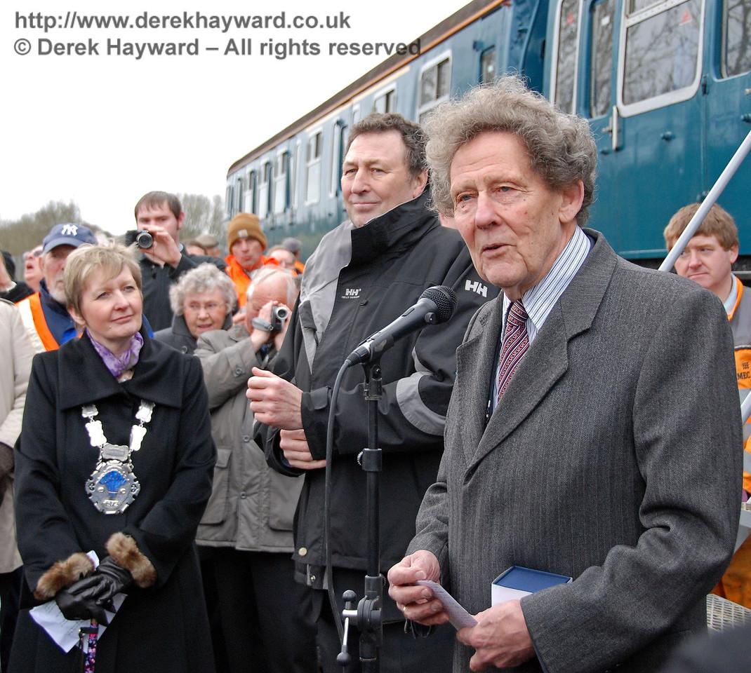 Gordon Pettitt addresses the large crowd. East Grinstead 17.01.2009  89