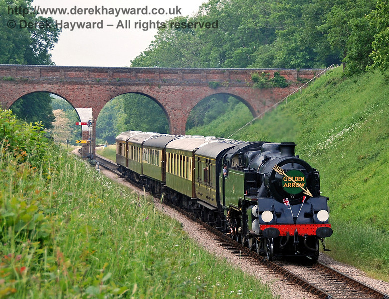 80151 runs south from Three Arch Bridge with the Pullman. 03.06.2007