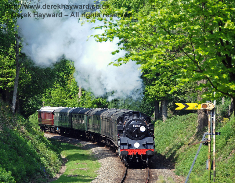 The northbound Kingscote Distant signal is in shot as 80151 enters the cutting leading to Dean's Crossing. 03.05.2007
