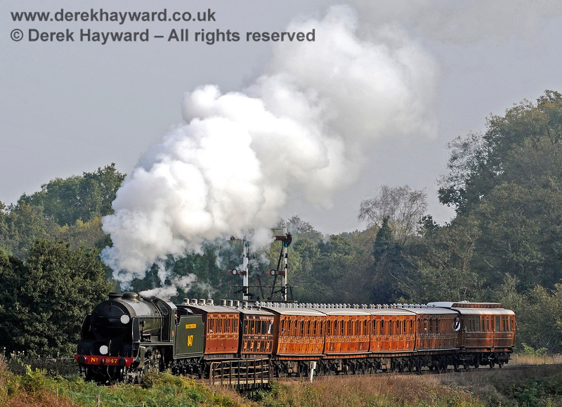 847 crosses Poleay Bridge with the vintage coaches. 04.10.2015 12074