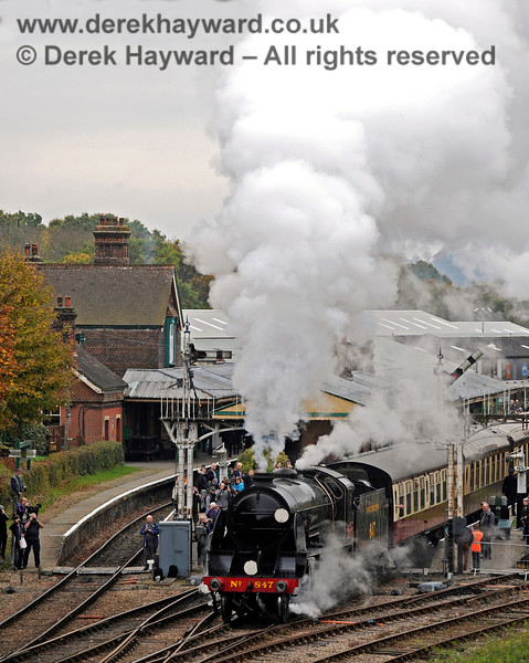 The crowds watch as 847 leaves Horsted Keynes. 29.10.2016 14470