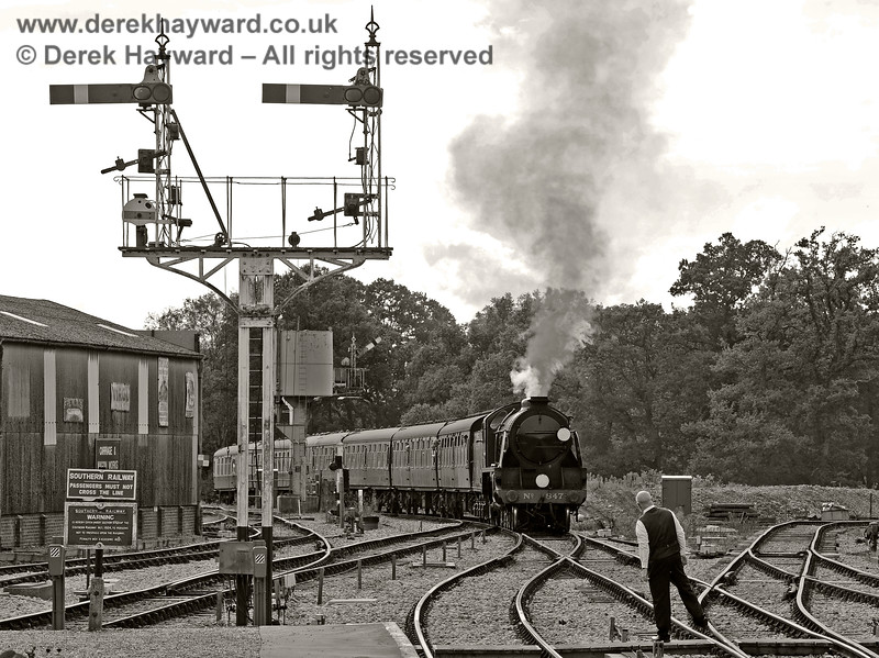 "In the ""olden days"" signalmen used to stand on one leg to receive the single line token.  It is an art that has been lost. 847 approaches Horsted Keynes. 23.09.2017 16098"