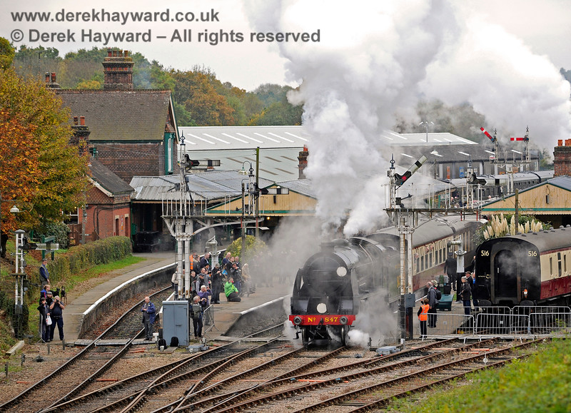 847 is surrounded by photographers as it pulls away from Horsted Keynes. 29.10.2016 14469