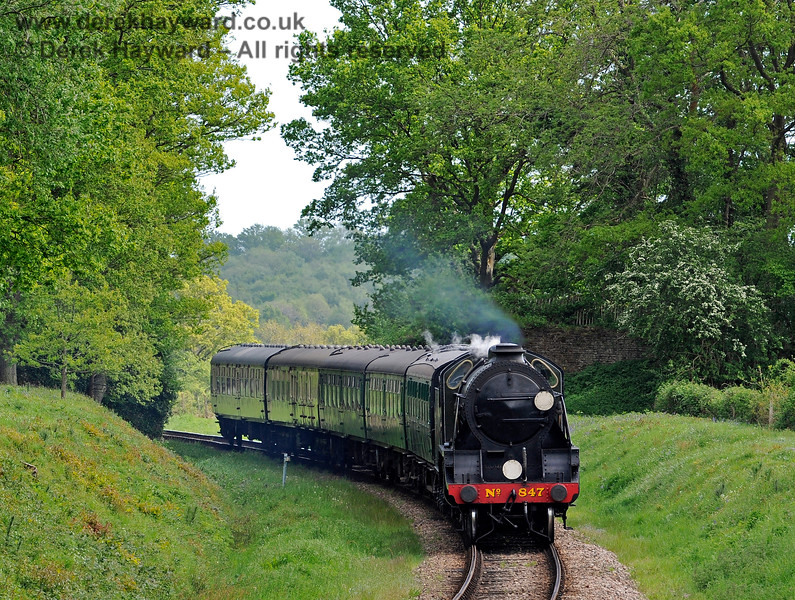847 steams north towards the site of the former Freshfield Halt. 17.05.2015 11301