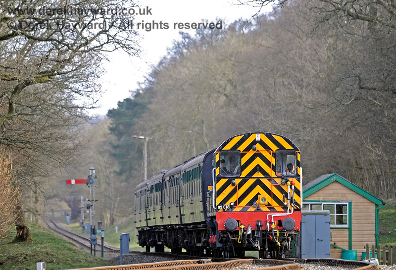 D4106 passes the former Kingscote signal box with a northbound service. 23.03.2018 16385