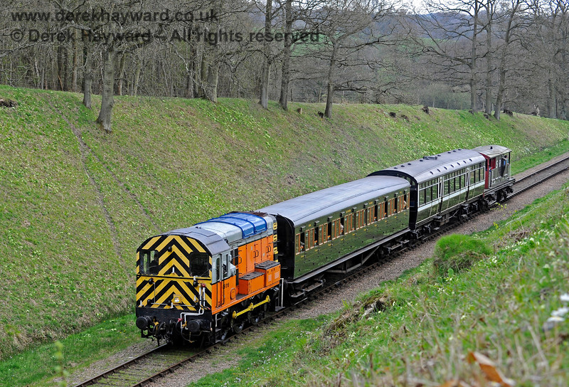 "09018 approaches Three Arch Bridge with the Observation Car and a ""relief"" coach catering for heavy demand.  Note the temporary blue panels applied on the roof just before the locomotive was actually painted green.  02.04.2017 14873"