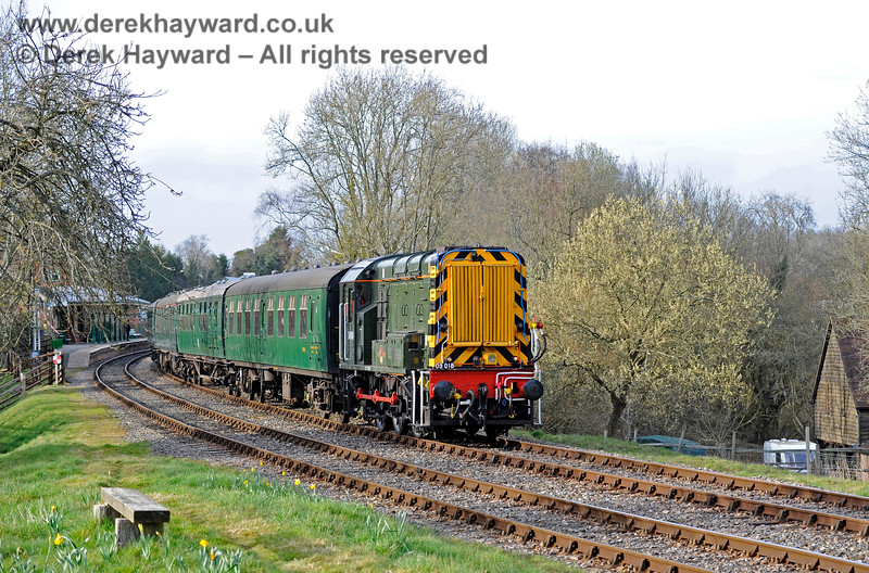 The daffodils are out and the trees are just coming into leaf as D4106 leaves Kingscote. 23.03.2018 16392