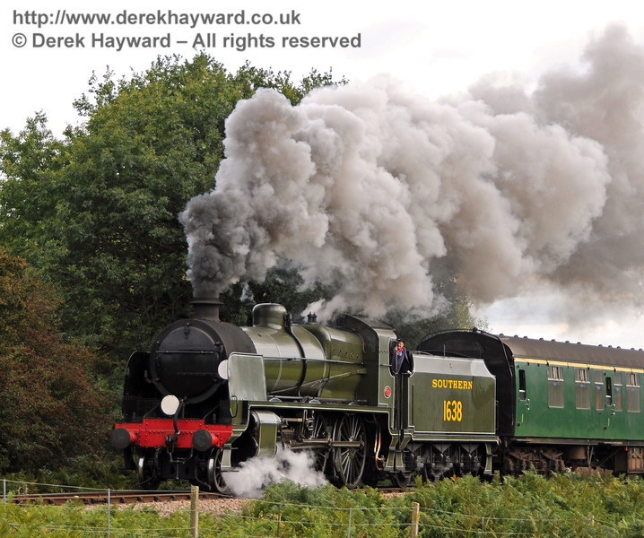 1638 creates steam effects as it climbs away from Sheffield Park.  25.09.2010  4930