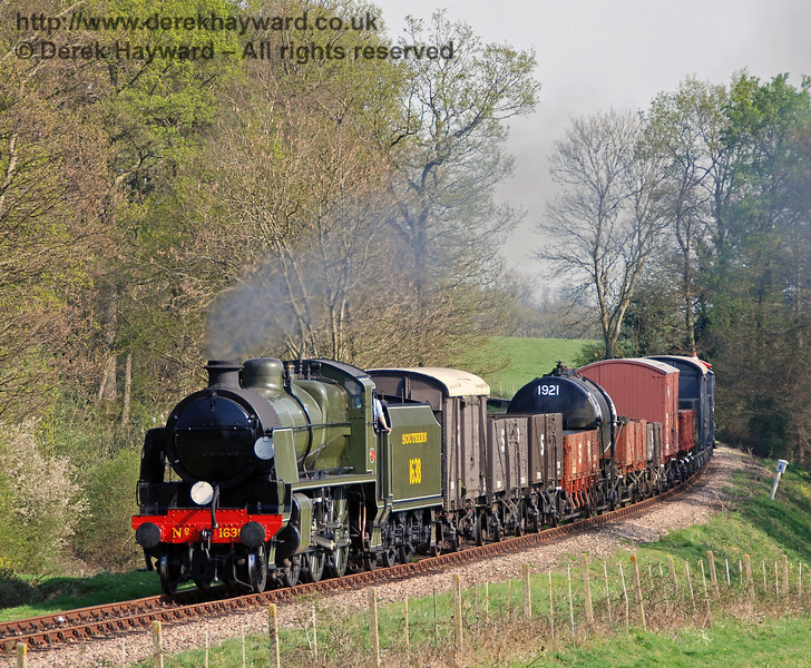 1638 rounds the curve from Sloop Bridge with a goods train. 15.04.2007