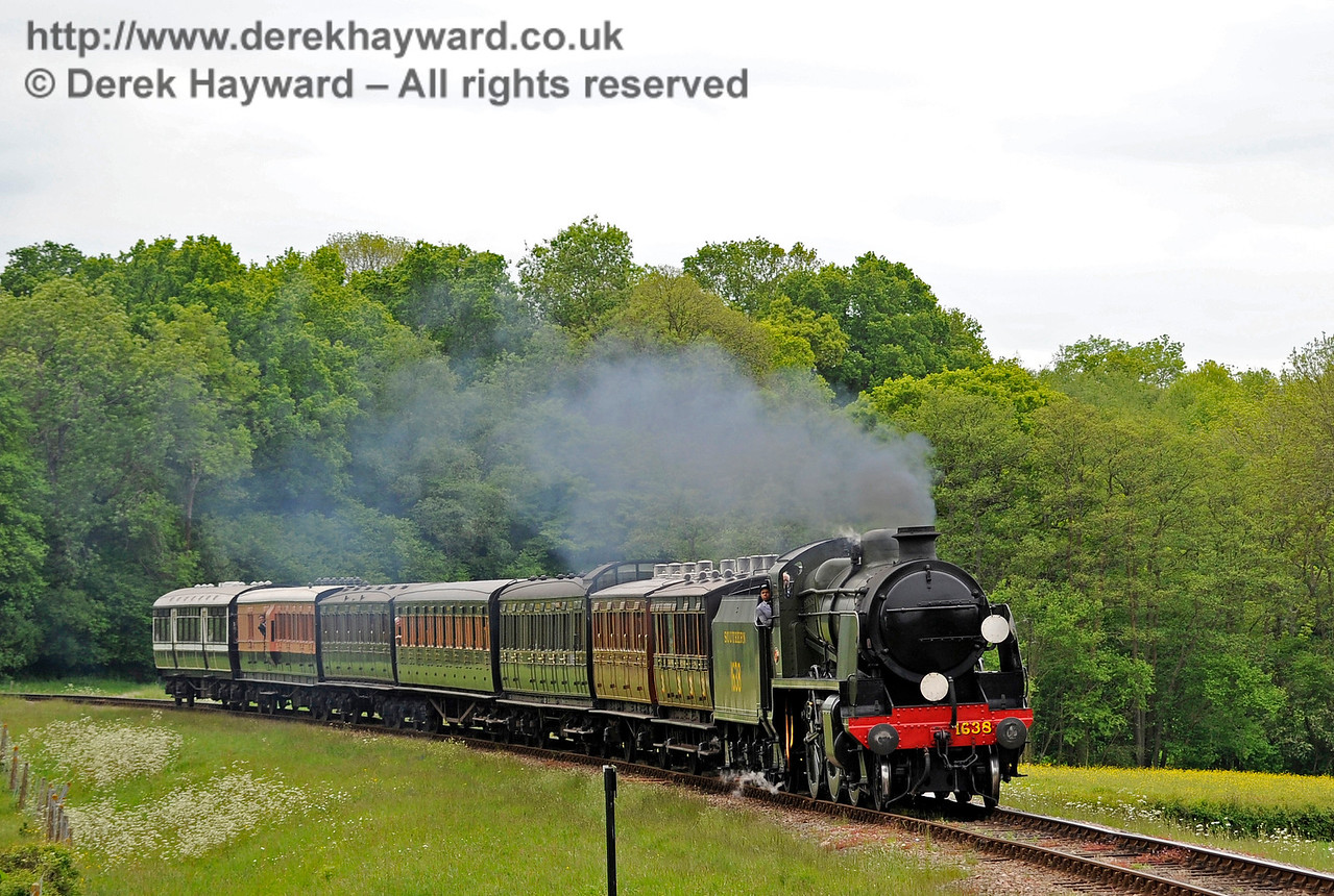 1638 approaches New Road Bridge with a vintage train.  25.05.2015  11358