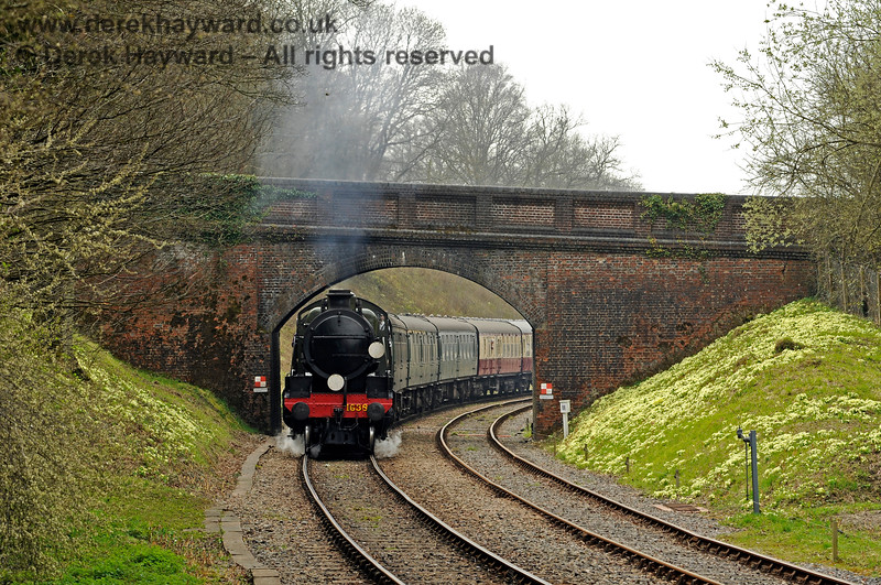 With the primroses in full bloom 1638 passes under Leamland Bridge. 10.04.2015 10656