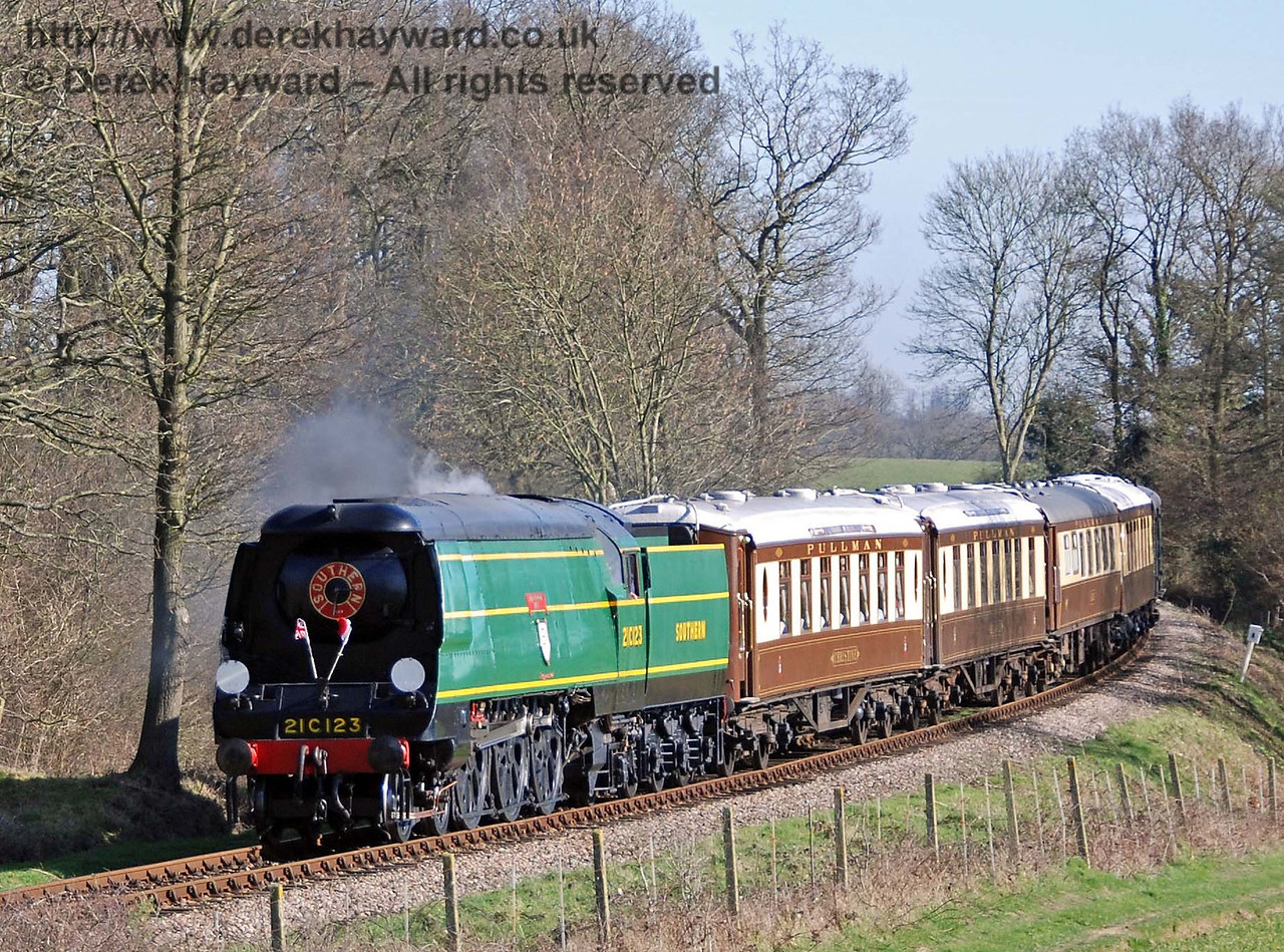 21C123 Blackmoor Vale rounds the curve from Sloop Bridge with the Pullman. 11.03.2007