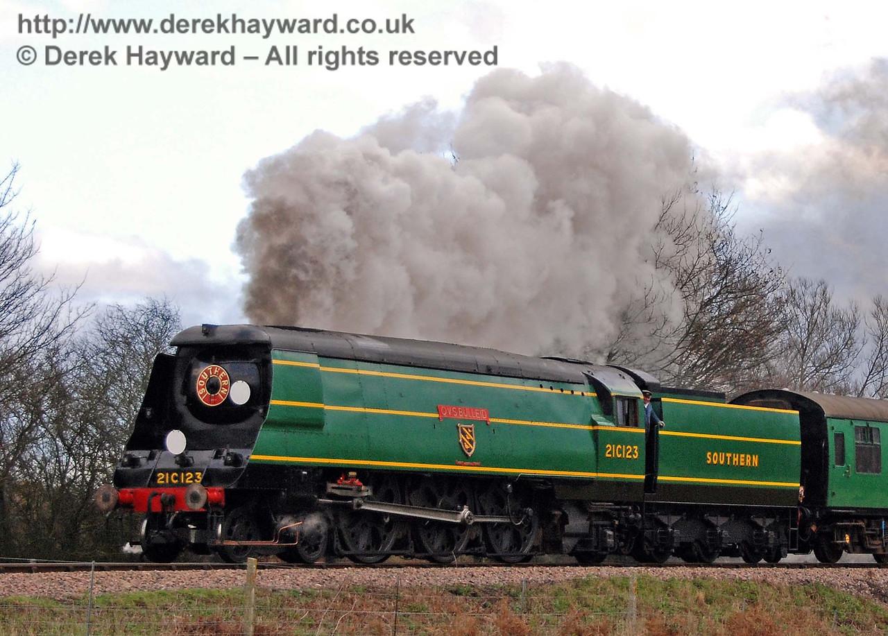 21C123 OVS Bulleid creates steam effects near Sheffield Park. 01.12.2007