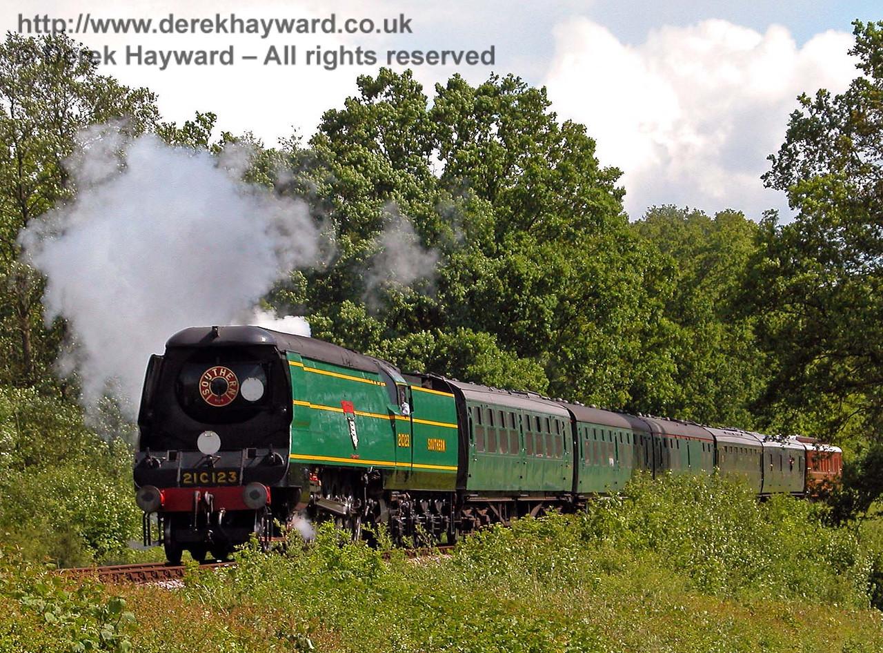 21C123 Blackmoor Vale passes Medhurst Farm with a northbound train. 29.05.2006