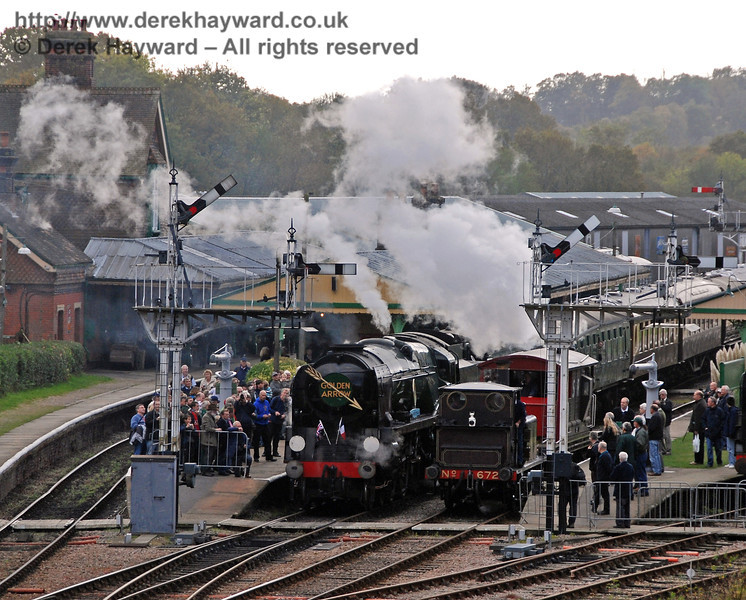 The signals are cleared to allow both 34059 Sir Archibald Sinclair and 672 Fenchurch to steam north from Horsted Keynes. 25.10.2009  0035