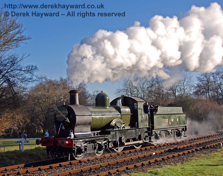 9017 Earl of Berkeley creates some nice steam effects at it runs round at Kingscote. 07.12.2008