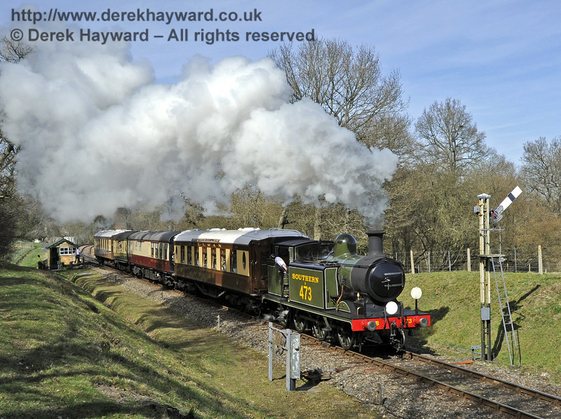 B473 passes the Kingscote Advance Starter with the Pullman.  25.03.2012  4003