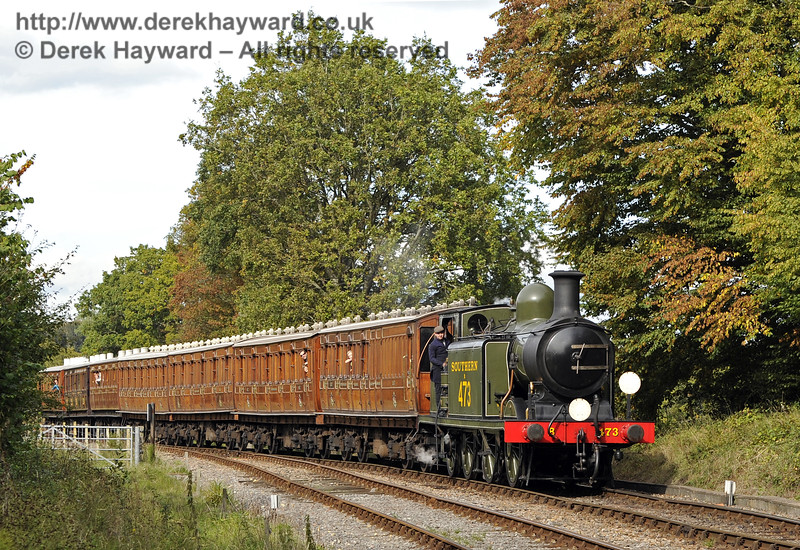 B473 steams south towards Leamland Bridge with the Victorian coaches.  05.10.2014  10068