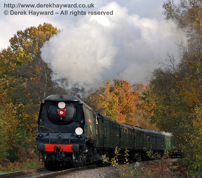 34007 Wadebridge rounds the bend from Ketches Halt.  04.11.2007