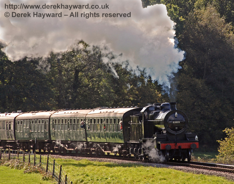 53809 rounds the curve from Three Arch Bridge en route to Horsted Keynes. 17.10.2008