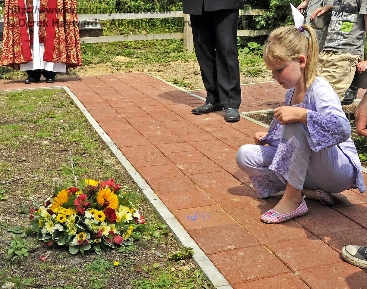 An engraved paving block is unveiled by Martin Eastland's granddaughter.  03.07.2011   2157