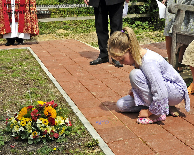 An engraved paving block is unveiled by Martin Eastland's granddaughter.  03.07.2011   2156