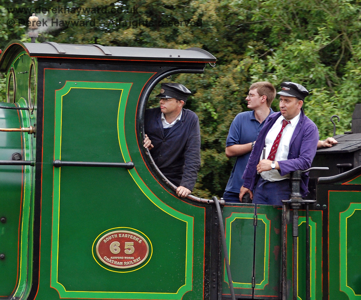 The crew of 65 keep a good look out at Kingscote.  29.06.2008