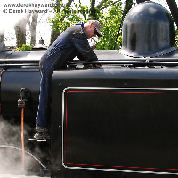 Andy Sabin from Sheffield Park Workshops investigates one of the tanks of 32473 in the platform at Sheffield Park.  08.05.2007