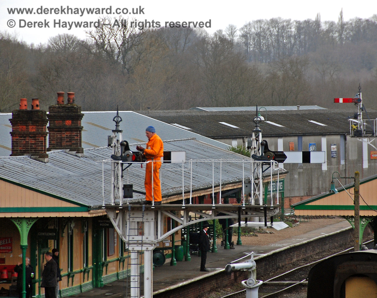 Above it all, S&T get on with their work at Horsted Keynes.  30.03.2008