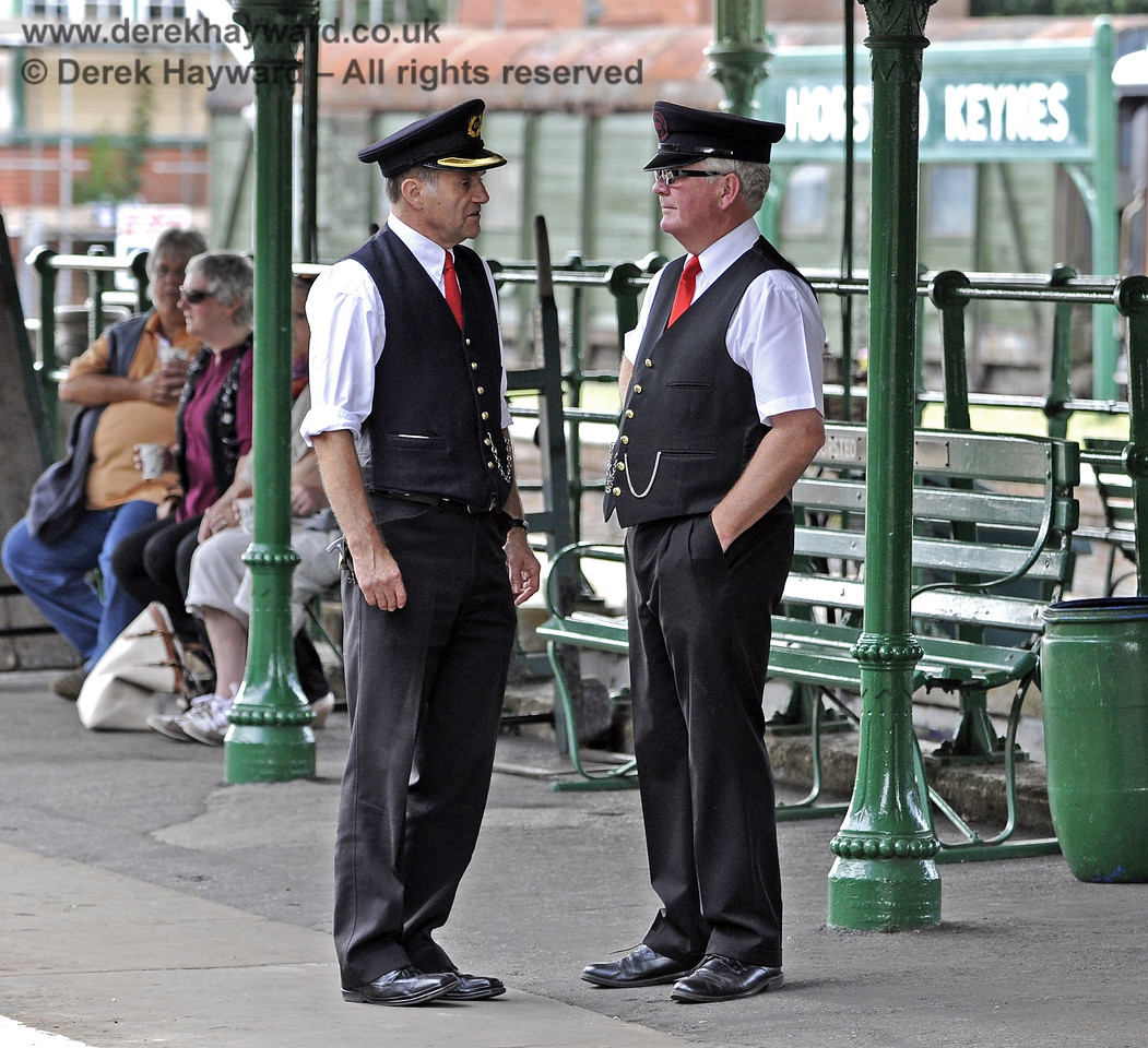 Passing the time of day at Horsted Keynes.  10.08.2013  7770