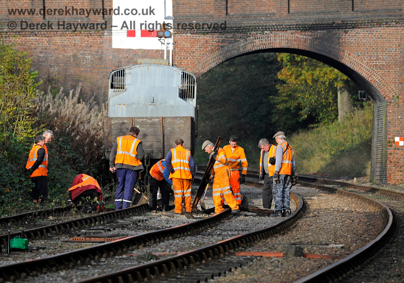The PWay team working south of Leamland Bridge.  Lookouts had been posted in this very awkward position.  01.11.2015 12475