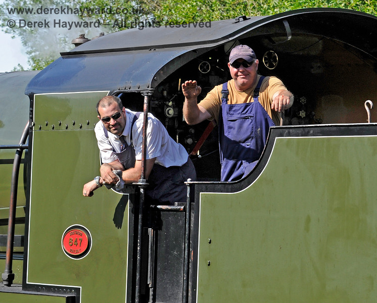 Photographers should always receive appropriate respect, and Andy Sabin has got the right idea as 847 approaches Kingscote. 11.07.2015 11603