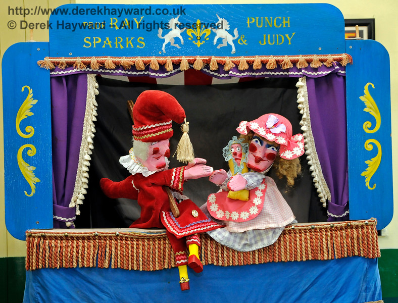 Punch and Judy at Horsted Keynes.  They have shoved Ray back behind the curtain.   26.08.2016 16275