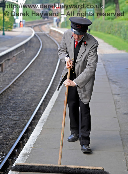 How the mighty are fallen.  Station Master James Young (but not so attired) gets down and dirty at Horsted Keynes.  The station does not clean itself. 19.08.2017 15979