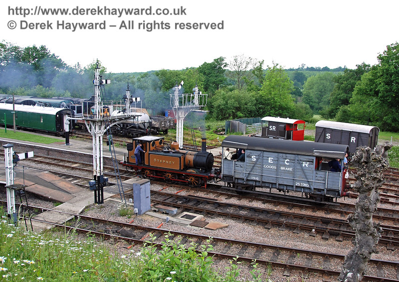 Stepney runs south into Platform 2 with a Footplate Days and Ways course, whilst in the background the contents of the goods yard differ somewhat from British Railways days. 03.06.2007