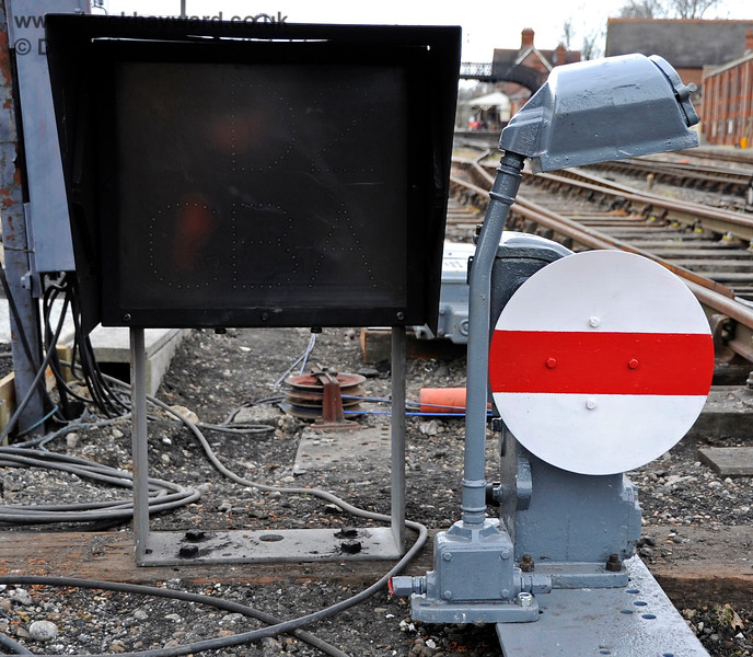 The same ground signal, supplemented by a route indicator. 20.03.2012 3894