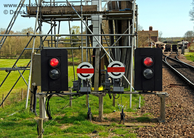 A closer view of the temporary colour light signals installed during the refurbishment of the Inner Home bracket signal.  In the background there is no locomotive at the north end of Platform 1 but the northbound starter is nonetheless cleared.  Those newly qualified to go on the track at Sheffield Park need to remember that stock is sometimes propelled north from the platforms, and the apparent absence of a locomotive does not necessarily mean that stock will not move.  02.04.2017 17062
