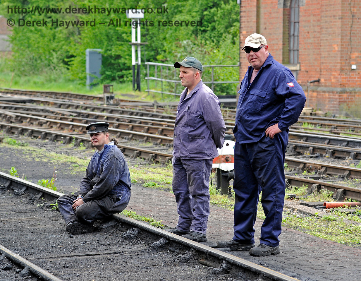 Watching the work progressing on 263.  Southern at War, Sheffield Park, 14.05.2016  13049