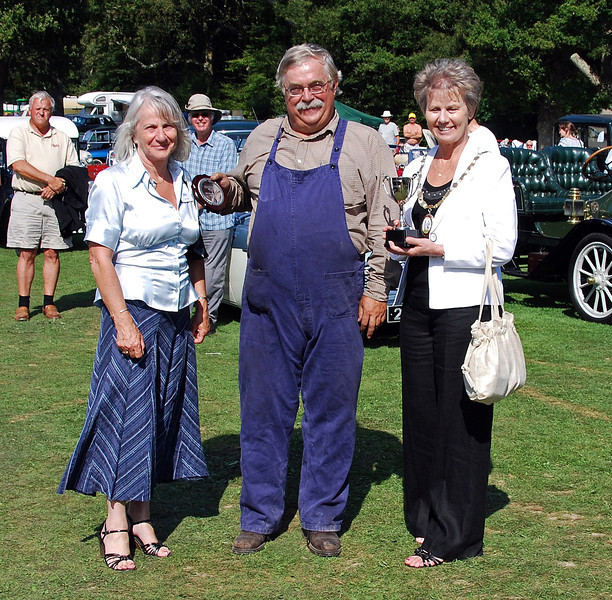 The Haywards Cup for best Traction and Steam Engine went to Gareth Jones for his Bishops Move vehicle (pictured later). The award was presented by Val Wall (Bluebell Railway) and Councillor Margaret Baker (Mayor of Haywards Heath). Horsted Keynes 16.08.2009
